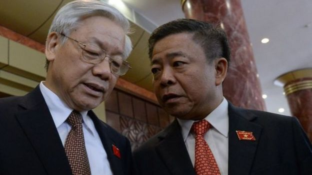 Ông Võ Kim Cự (phải) nói chuyện với Tổng Bí thư Nguyễn Phú Trọng tại một phiên họp quốc hội ở Hà Nội ngày 20/5/2014