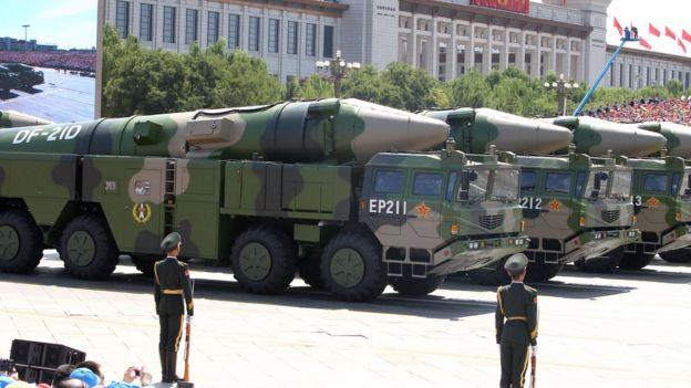 Китайские ракеты среднего радиуса DF-21D на параде в Пекине