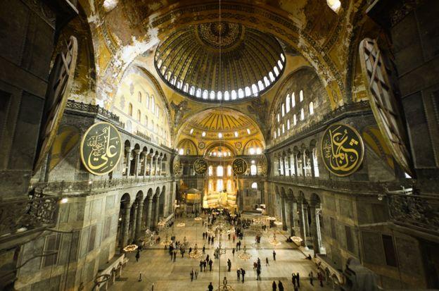 El interior del museo Hagia Sophia en Estanbul