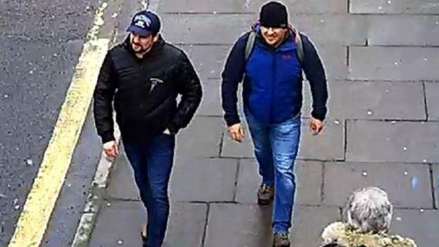 Los dos sospechosos Alexander Petrov y Ruslan Boshirov grabados por una cámara de seguridad en Salisbury.