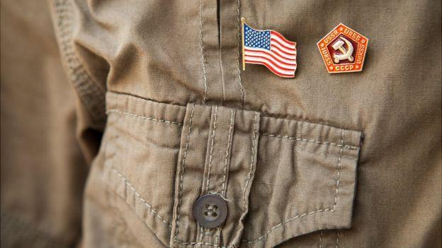 Insignias de ambas naciones en uniforme caqui