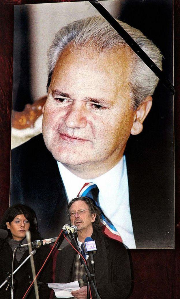 Handke durante el funeral de Milosevic.