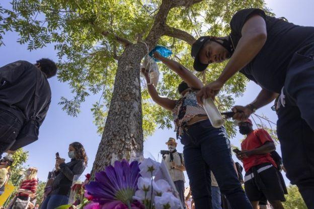 Residentes de Palmdale montaron un altar en homenaje a Fuller en el árbol donde apareció colgado el pasado 10 de junio.