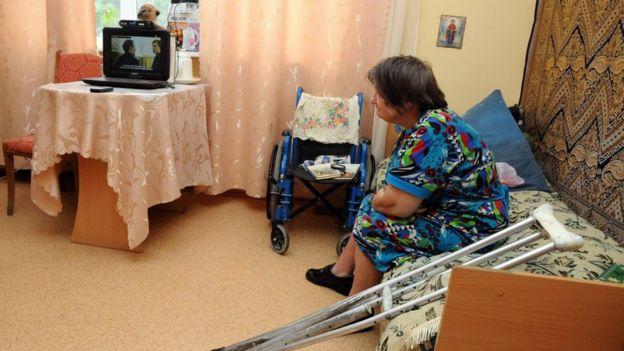 Жінка дивиться телевізор