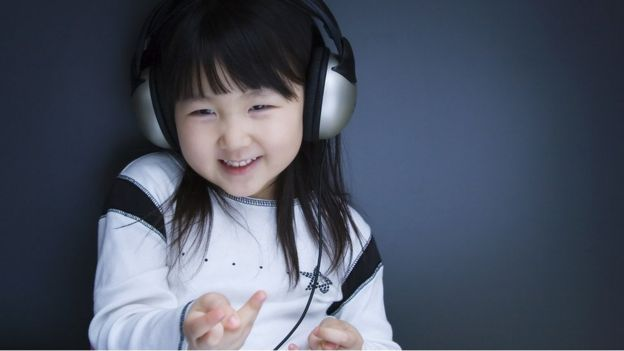 Niña con audífonos