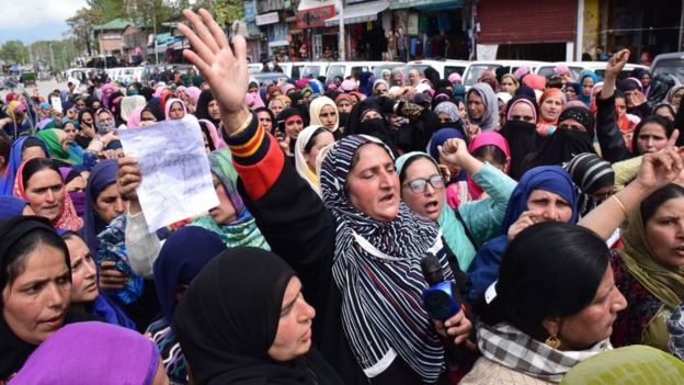 কাঠুয়ার ধর্ষণকারীদের সাজার দাবিতে শ্রীনগরে কাশ্মীরি নারীদের প্রতিবাদ