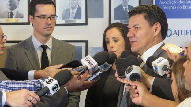O presidente da AJUFE, Roberto Veloso, recebeu na manhã do dia 8 de fevereiro a visita de cortesia dos procuradores da República Deltan Dallagnol e Jerusa Burmann Viecili