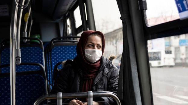 في إيران امرأة ترتدي كمامة في حافلة في 24 فبراير/شباط