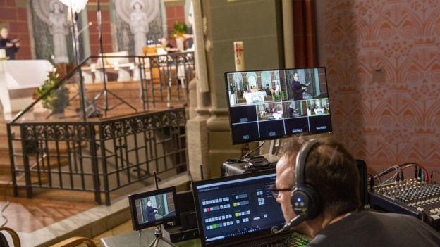 Transmisión en streaming desde una iglesia católica en Berlín, Alemania