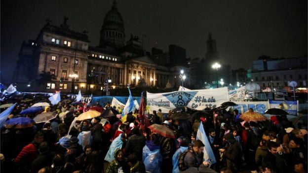 Multitud con banderas argentinas y pañuelos celestes.