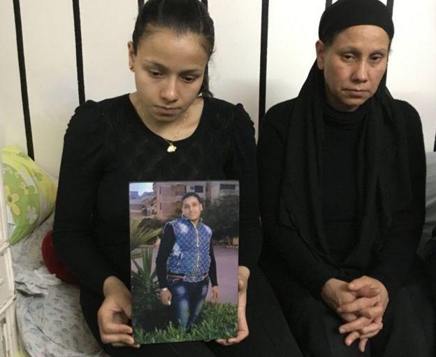 Marian Abdel Malak (esq.) segura uma foto de irmão, Bishoy