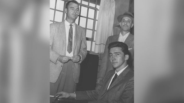 بوين ليستر جونستون (وسط الصورة)