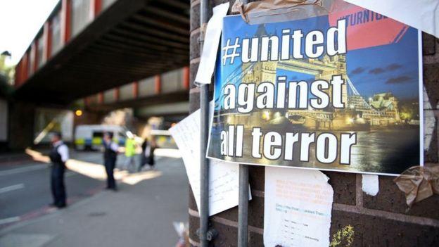 """Letrero que lee """"unidos contra el terror""""."""
