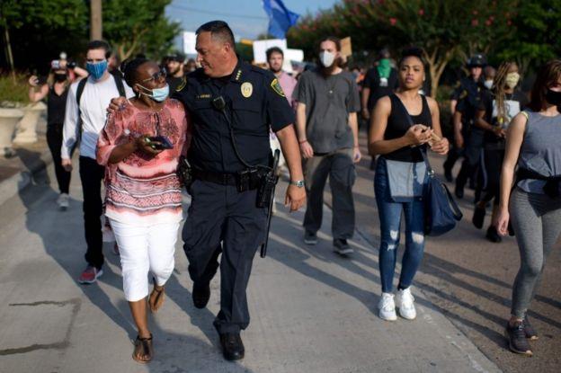 El jefe Art Acevedo con manifestantes en Houston