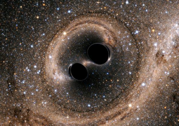 ภาพจำลองหลุมดำในบางกรณีแตกต่างออกไป เช่นคู่หลุมดำที่ใกล้จะรวมตัวเข้าด้วยกันนี้ไม่มีจานพอกพูนมวล เพราะไม่ได้กำลังดูดกลืนดาวดวงใดอยู่