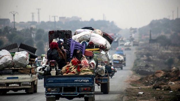 Son 48 saatte 20 bin İdlibli daha çatışmalardan kaçmak için Türkiye sınırına doğru yola çıktı