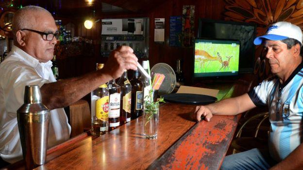 Một quán bia rượu ở Cuba - hình minh họa