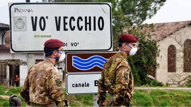 Soldados italianos patrullan el perímetro del pequeño pueblo de Vo.
