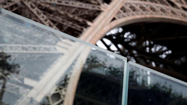 Una barrera instalada junto a la Torre Eiffel