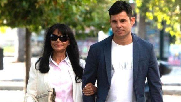 Хав'єр Санчес та його мати Марія Едіта Сантуш йдуть до суду