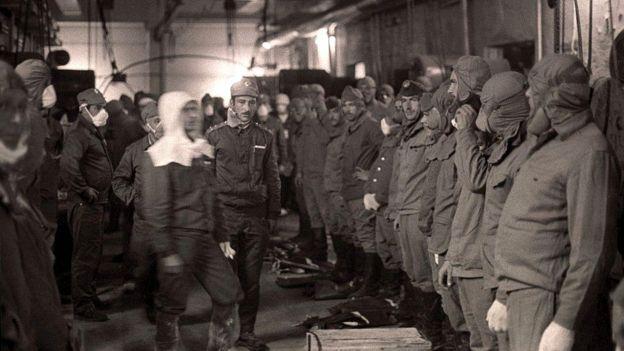 Vatrogasci 1986. godine pre nego što su krenuli da čiste radioaktivni otpad sa krova reaktora broj četiri