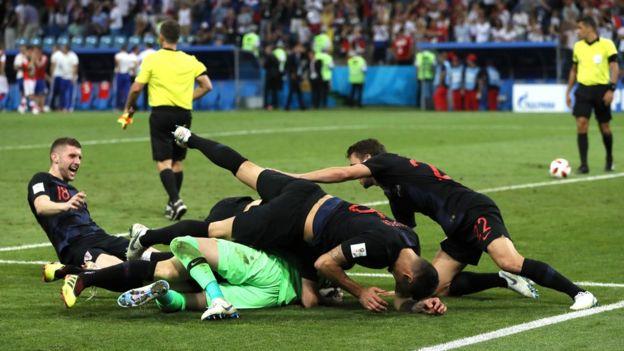 لاعبو كرواتيا يتجمعون على حارس المرمى بعد الفوز بالضربات الترجيحية