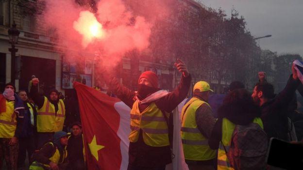 В центре Парижа к утру в субботу собралось около 5 тысяч протестующих