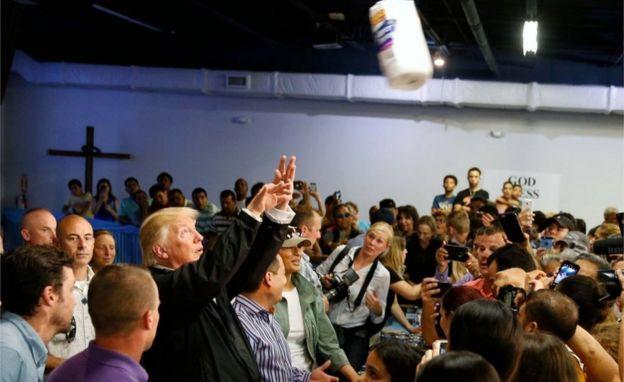 Trump lanza papel higiénioc.