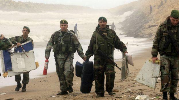 Des éléments de l'armée libanaise inspectent les débris d'un Boeing 737 d'Ethiopian qui s'est écrasé au large des côtes libanaises, au sud de Beyrouth, le 25 janvier 2010.