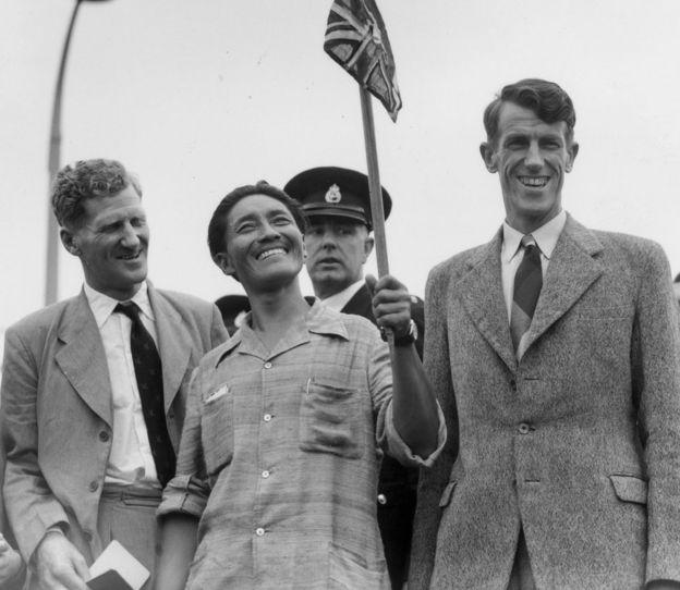3 de julio de 1953: de izquierda a derecha, el coronel John Hunt, Tenzing Norgay (más conocido como Sherpa Tensing) y Edmund Hillary hacen un jubiloso regreso a Gran Bretaña después de convertirse en los primeros hombres en escalar el Monte Everest. (Foto de George W. Hales / Fotos de Fox / Getty Images).
