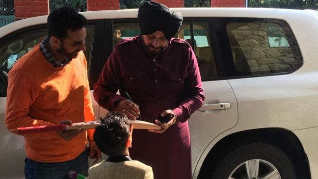 Waris Dhillon gets his cricket bats signed by Mr Sidhu