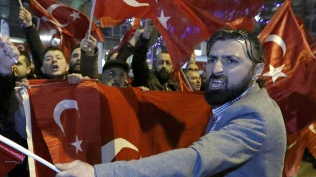 Manifestantes protestan frente al consulado de Turquía en Rotterdam