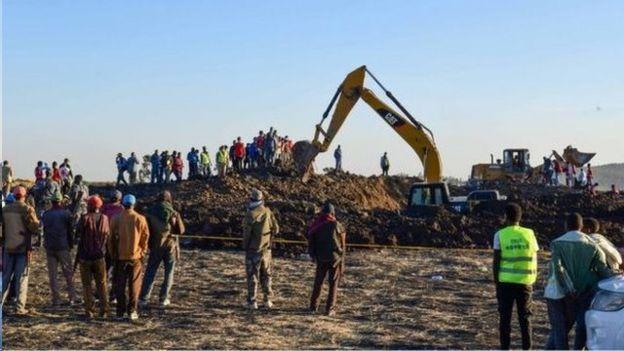 救援人员和挖掘机赶到坠机现场。