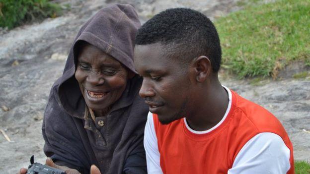 Kyitaragabirwe con su nieto.