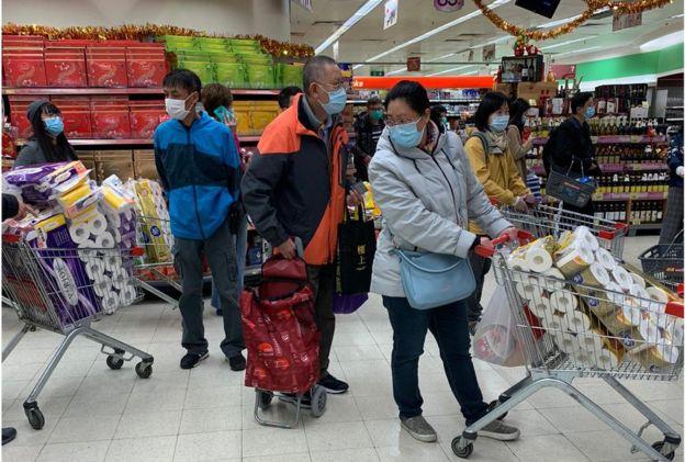 市民担心香港物资供应,在超级市长买大量日用品。