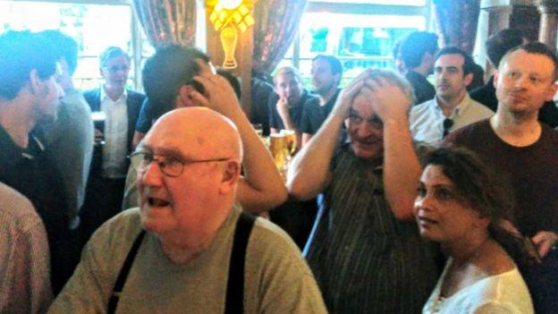 Pub menjadi penuh pengunjung bahkan pada Senin malam yang biasanya sepi.