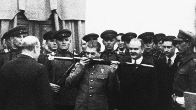 Тегеранская конференция 1943 года: Уинстон Черчилль вручает Иосифц Сталину Почетный меч за Сталинградскую победу