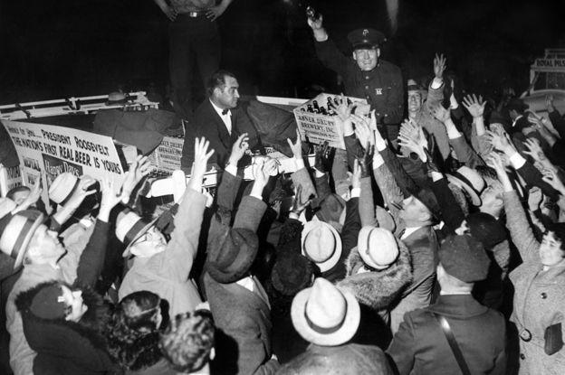 """İlk """"yasal"""" bira, 1933 Nisan'ında yasaklanması sona erdikten sonra Beyaz Saray'a geldi"""