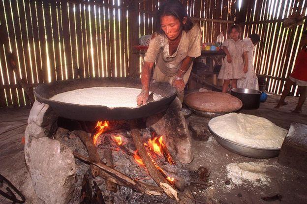 Una mujer en la aldea brasileña de Bannibas preparando casabe de yuca.