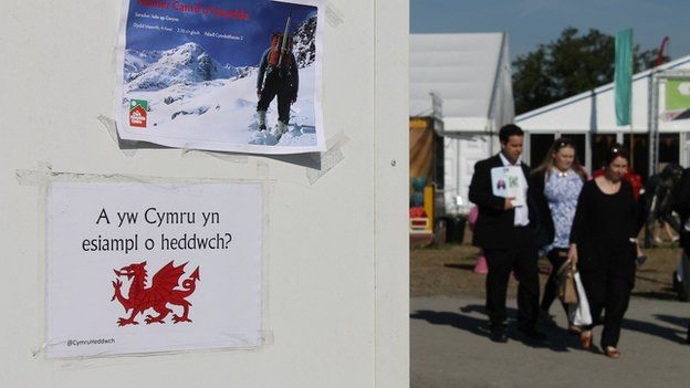 Mae posteri gyda negeseuon amrywiol yn rhan annatod o unrhyw Eisteddfod // At the Eisteddfod 'fly posting' is practically compulsory