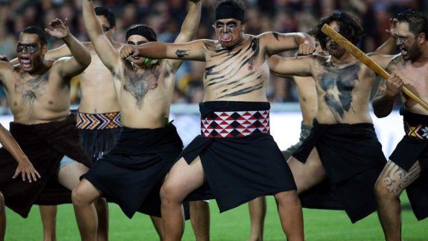 Guerreros maoríes practicando el haka.