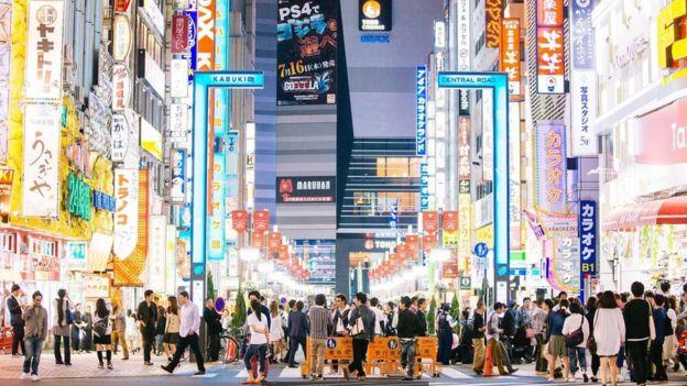 Personas caminando en una calle de Japón