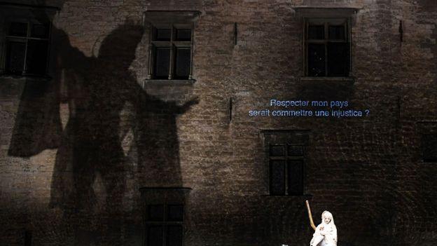 """""""¿Respetar a mi país será cometer una injusticia?"""", dice en el muro de esta versión de Antígona del director japonés Satoshi Miyagi presentada en el festival de teatro de Avignon en 2017."""