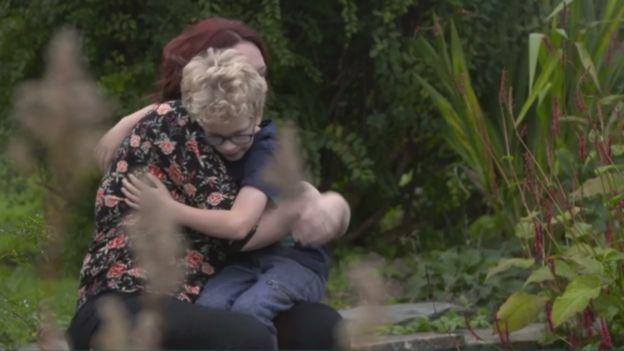 Hannah abrazando a Marleigh.