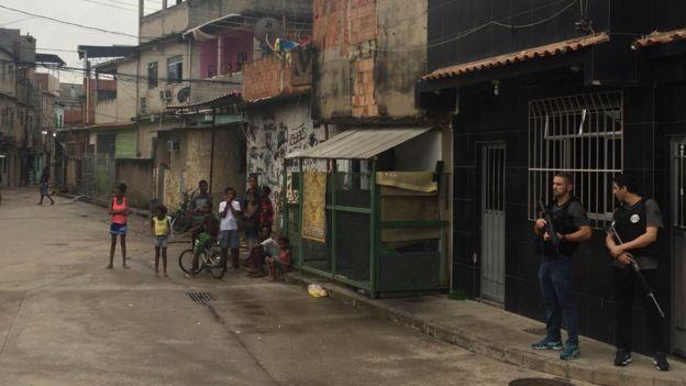 Policiais fazem segurança em favela no Rio