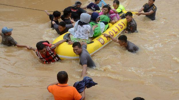 Tim relawan mengevakuasi warga yang terjebak banjir di Perumahan Bung Permai, Makassar, Sulawesi Selatan, Rabu (23/1/2019). Ketinggian banjir di kawasan tersebut mencapai satu meter akibat meluapnya Sungai Tello.