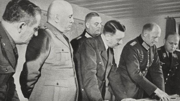 هیتلر و موسولینی در آشیانه گرگ. هیتلر بیشتر دوران جنگ را در اینجا سپری کرد