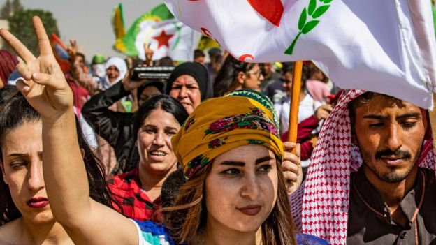 Sírios curdos protestam contra a Turquia na província de Hassakeh