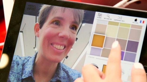 Lucy Hooker, reportera de la BBC, usando una aplicación de Sephora, en París.