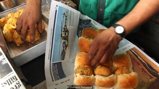 Bánh vada pav lần đầu tiên được phát minh ra như là một món ăn nhanh và rẻ tiền cho các công nhân nhà máy dệt ở Mumbai.